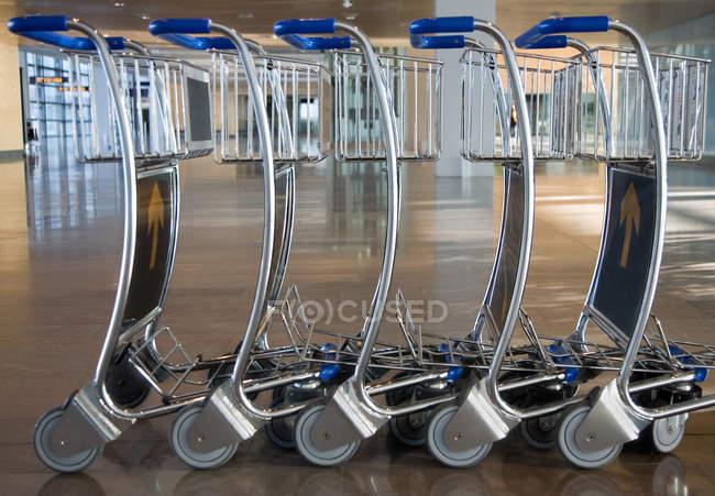 Аеропорт Візки для багажу стоять у рядку, Закри — стокове фото