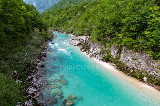 Мальовничий вид на річку протікає через Soca долини, Tolmin, Словенія — стокове фото