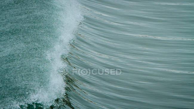 Живописный вид на красивые голубые волны — стоковое фото
