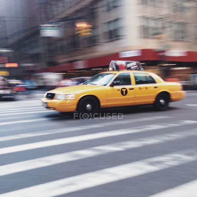 Taxi jaune sur la rue de la ville de New York, état de New York, Usa — Photo de stock