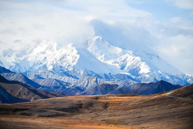 Соединенные Штаты Америки, Alaska, Denali National Park, scenic view of Mount McKinleys snowy peak — стоковое фото