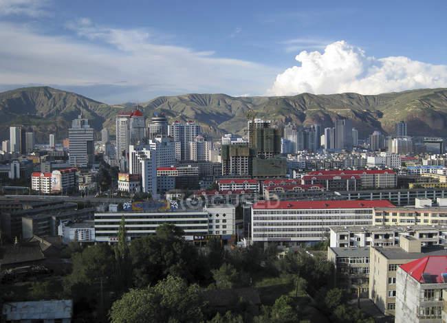 Мальовничий вид на горизонт в місті Xining, Цинхай, Китай — стокове фото