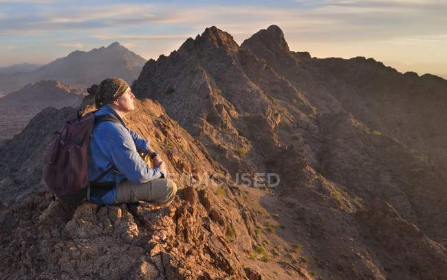 USA, Arizona, man meditating on top of Mohawk Mountains — Stock Photo