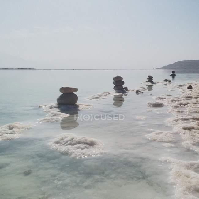 Vista panoramica di Israele, mar morto, di ciottoli impilati in mare — Foto stock