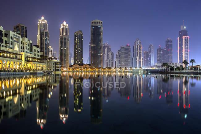 Городской пейзаж с Бурдж Халифа здания в ночное время, Дубай, Объединенные Арабские Эмираты — стоковое фото