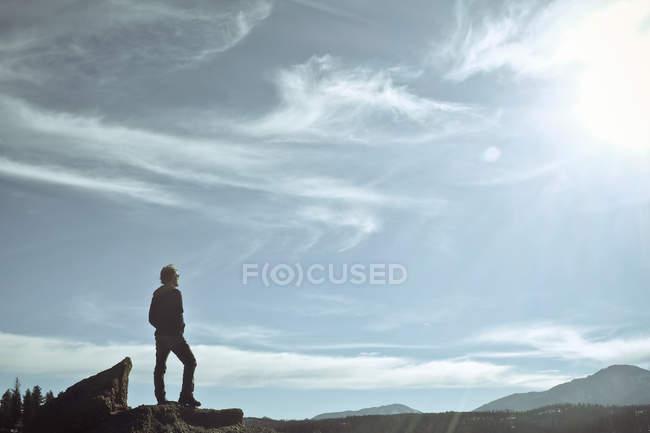 Hombre parado en la roca y mirando las montañas, Estados Unidos, Colorado, Condado de El Paso, Pikes Peak - foto de stock