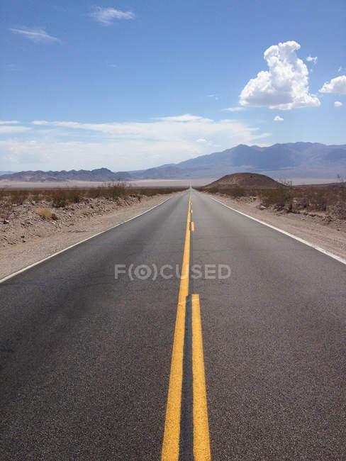 Мальовничий вид на пейзажний дороги в Nevada, США — стокове фото