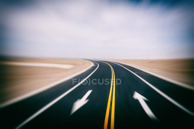 Scenic view of empty road, Dunhuang, Gansu, China — Stockfoto