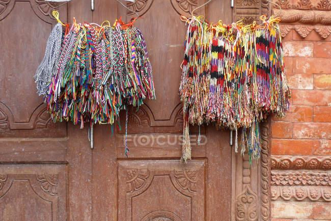 Nahaufnahme von bunten Armbändern, die an der Tür hängen — Stockfoto