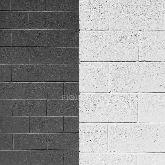 Близько половини сірого і наполовину білий цегляна стіна — стокове фото