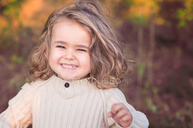 Ritratto di ragazzo felice con i capelli lunghi all'aperto — Foto stock