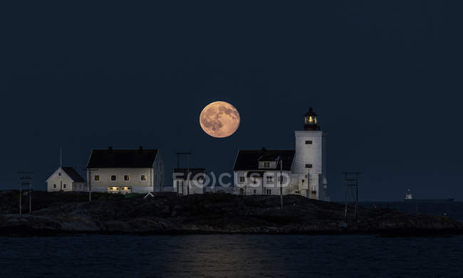 Scenic view of majestic Homborsund lighthouse at night, Grimstad, Norway — Stock Photo