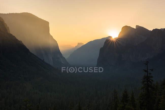 Majestic sunrise over Tunnel View, California, USA — Stock Photo