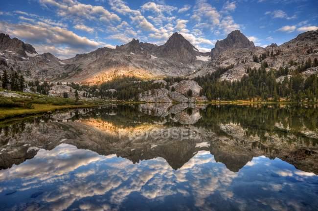 Banner Peak und Mount Ritter spiegeln sich im See Ediza, Usa, California, Inyo National Forest, — Stockfoto