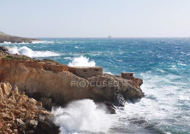 Vue panoramique sur le littoral près de Lapsi, Malte — Photo de stock