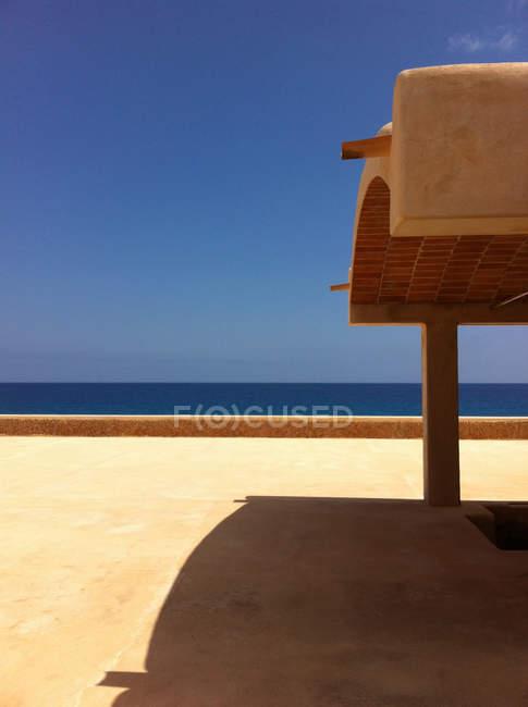 España, terraza de casa en Formentera mirando al mar Mediterráneo - foto de stock