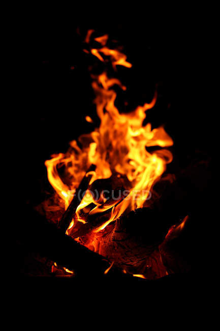 Close-up view of flames in fire at night time — Stockfoto