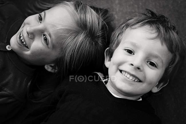 Крупный план Портрет очаровательного мальчика и девочки, улыбающихся — стоковое фото