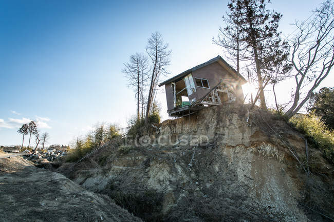 Scenic view of damaged derelict shack on cliff — Stockfoto