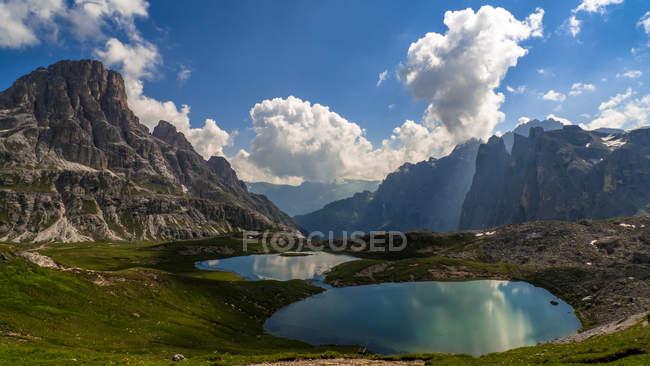 Vista panorámica del lago Piani y montaña paisaje, Dolomitas, Italia - foto de stock