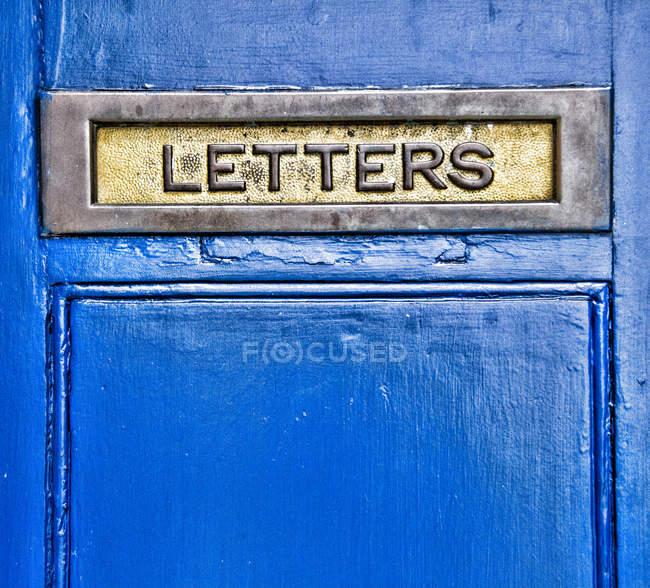 Vue rapprochée de la boîte aux lettres domestique en métal bleu — Photo de stock
