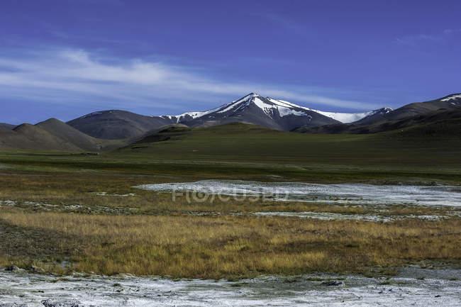 Panoramablick auf Tsokar Salzsee und schneebedeckte Berge, Jammu und Kaschmir, Indien — Stockfoto