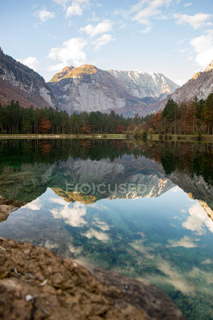 Scenic view of lake and mountain range, Golling, Salzburg, Austria — Stock Photo
