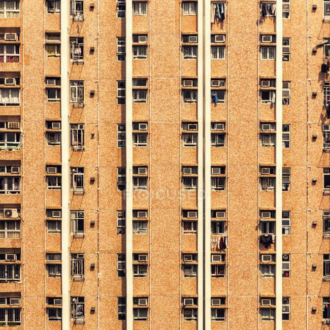 Palazzina facciata architettura con lavanderia vicino alle finestre — Foto stock