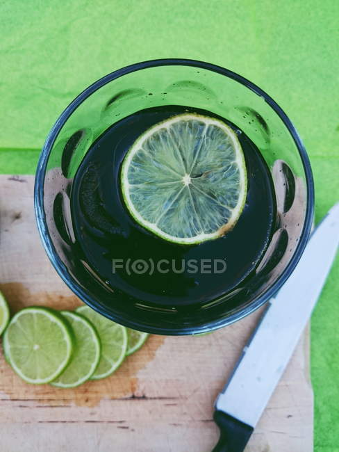 Elevated view of cola drink with lime — Stockfoto