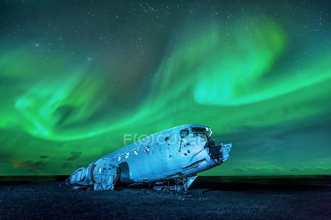 Nordlicht über Flugzeugwrack, Island — Stockfoto