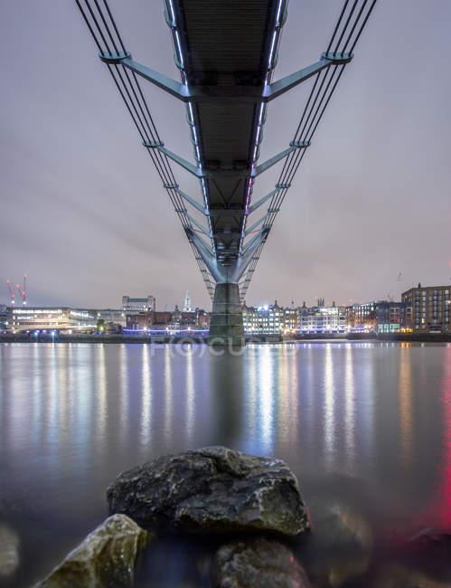 Under Millennium Bridge la nuit, Londres, Angleterre, Royaume-Uni — Photo de stock