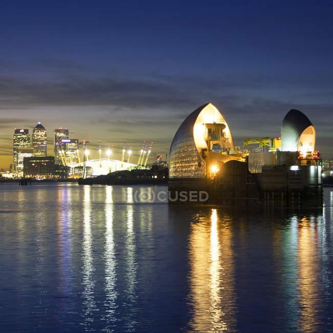 Vista panoramica della barriera del Tamigi alla notte, Londra, Regno Unito — Foto stock