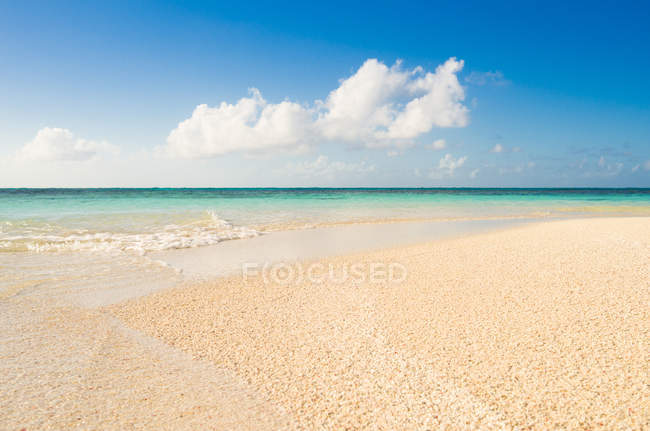 Vista panoramica sulla spiaggia tropicale, Prickly Pear isolotto, Antigua, Caraibi — Foto stock