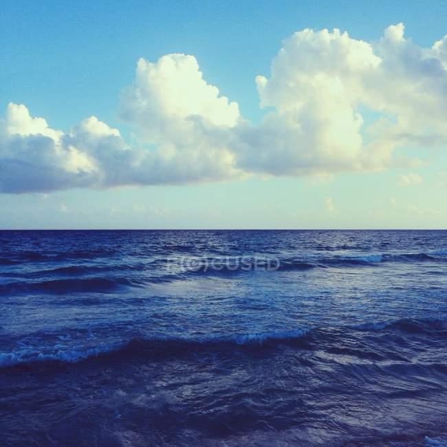 Mare maestoso con cielo azzurro e nuvole bianche — Foto stock