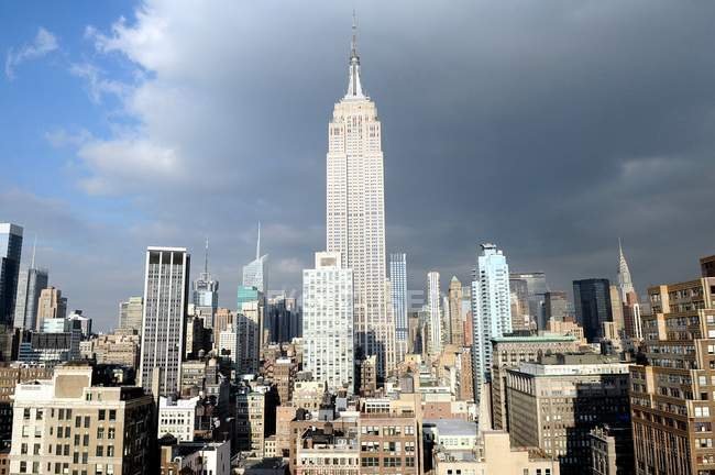 Scenic view of Empire State Building at sunlight, NY, USA — Stock Photo