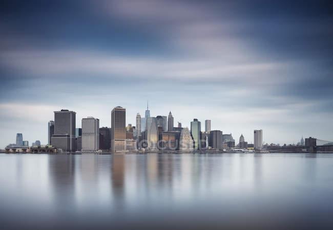 Vista del horizonte de Manhattan desde Brooklyn, Nueva York, América, Estados Unidos - foto de stock