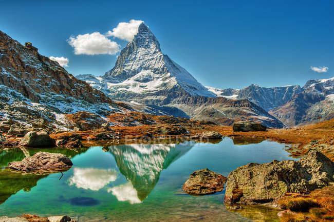 Bela vista da montanha Matterhorn refletida no lago, Zermatt, Suíça — Fotografia de Stock