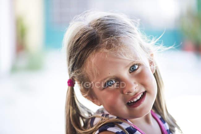 Портрет девочки с голубыми глазами, улыбающейся — стоковое фото