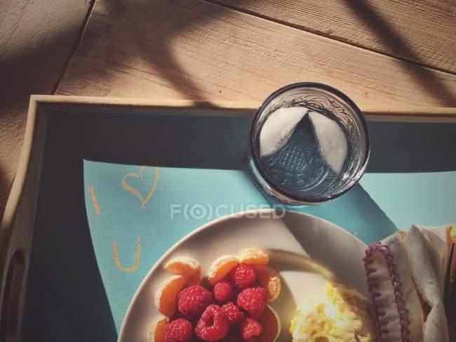Фрукты и вода на подносе с я люблю вас сообщение — стоковое фото