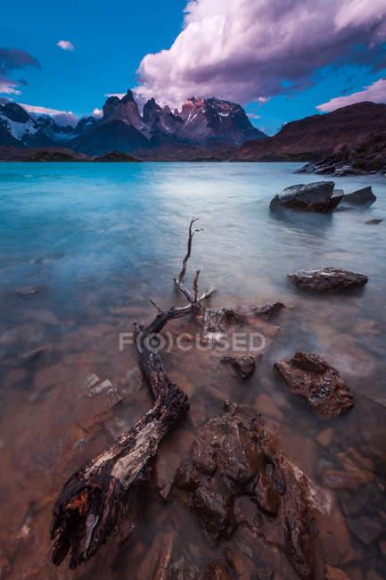 Majestätischen Blick auf faszinierende Cuernos del Paine Berg und See Pehoe, Patagonien, Chile — Stockfoto