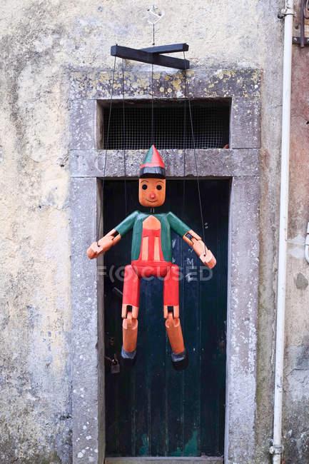 Traditionelle hölzerne Puppe hängen im freien — Stockfoto