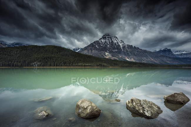 Vue majestueuse sur le lac Waterfowl, parc national Banff, Alberta, Canada — Photo de stock