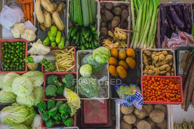 Вид сверху на различные овощи на рынке — стоковое фото