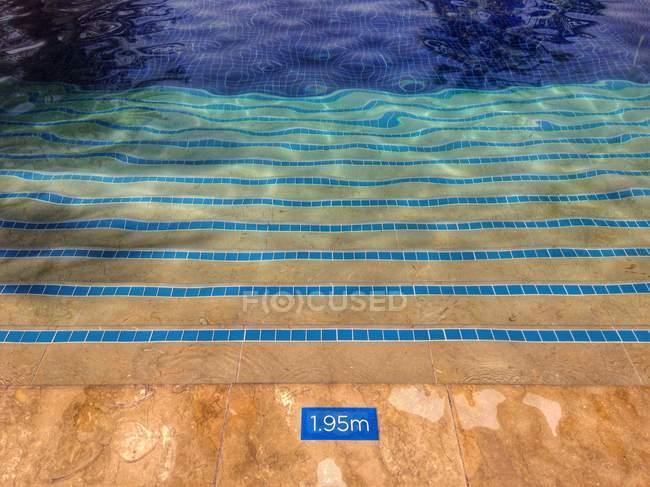Повышенные вид шаги плавательный бассейн — стоковое фото