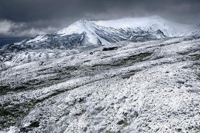 Vue panoramique du majestueux mont Asahidake, parc national Daisetsuzan, Hokkaido, Japon — Photo de stock
