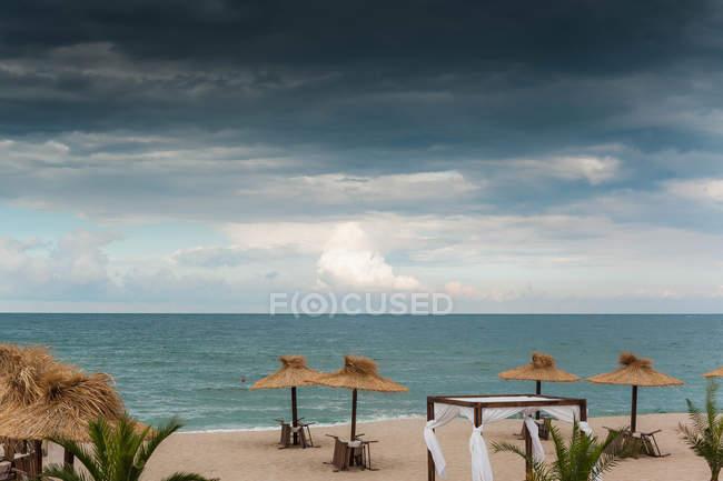 Vue panoramique sur la plage avant une tempête — Photo de stock
