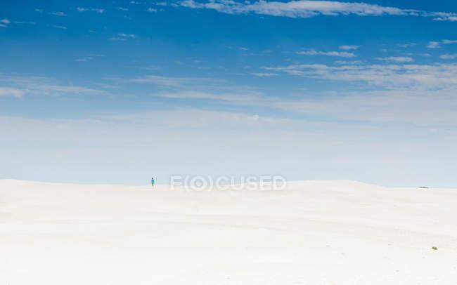 Vista de niño de pie en el desierto, verde cabeza, western Australia, Australia - foto de stock
