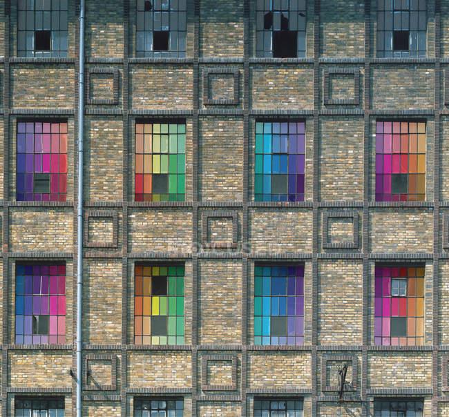 Красочные окна на старом здании, США, Нью-Йорк государство, Нью-Йорк — стоковое фото