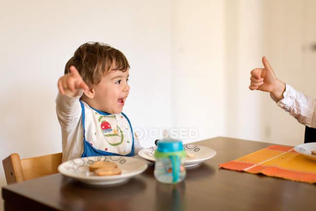 Счастливый кавказской bou, Питание детское питание на кухне — стоковое фото
