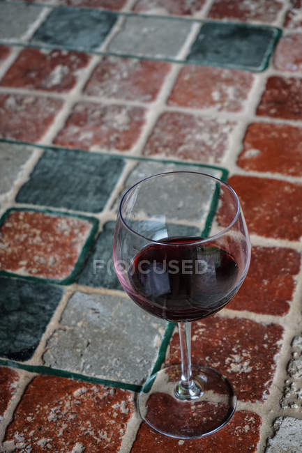 Glass of red wine on a ceramic table — Stockfoto